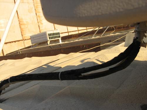 Повреждена термоизоляция магистрали холодильного контура кондиционера